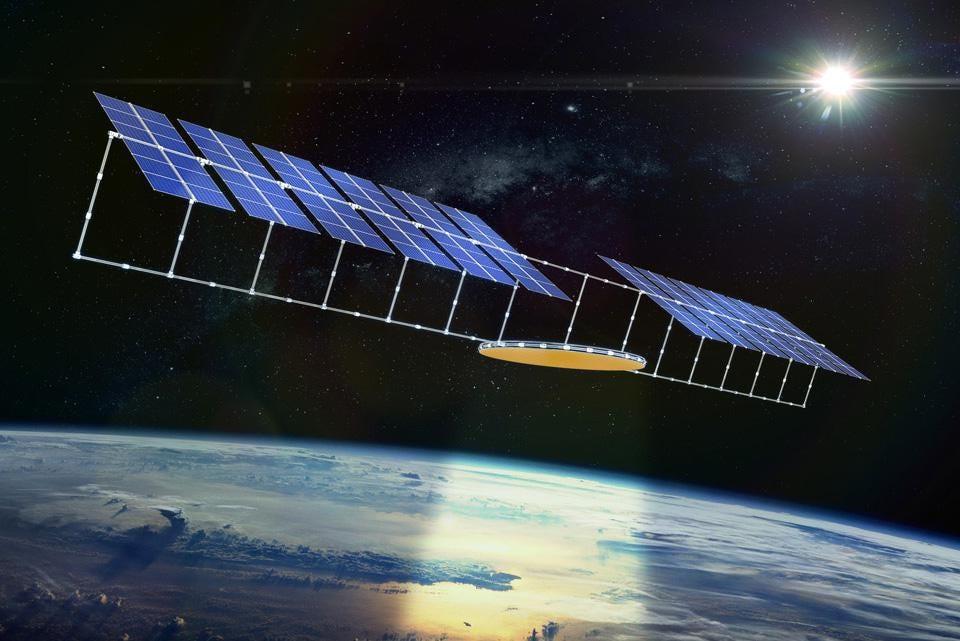 Se espera que los paneles solares que orbitan a unas 37.000 km de la Tierra devuelvan energía a grandes distancias, contratiempo que los investigadores ya están intentando resolver. Fuente imagen: Forbes