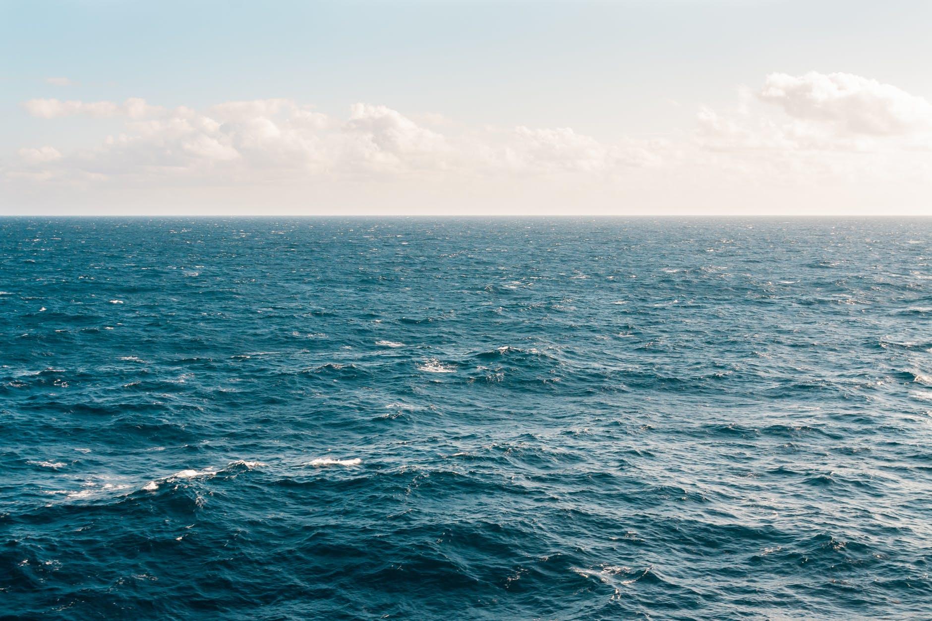 Imagen del océano. Olas azul oscuro. Sfera proyecto ambiental