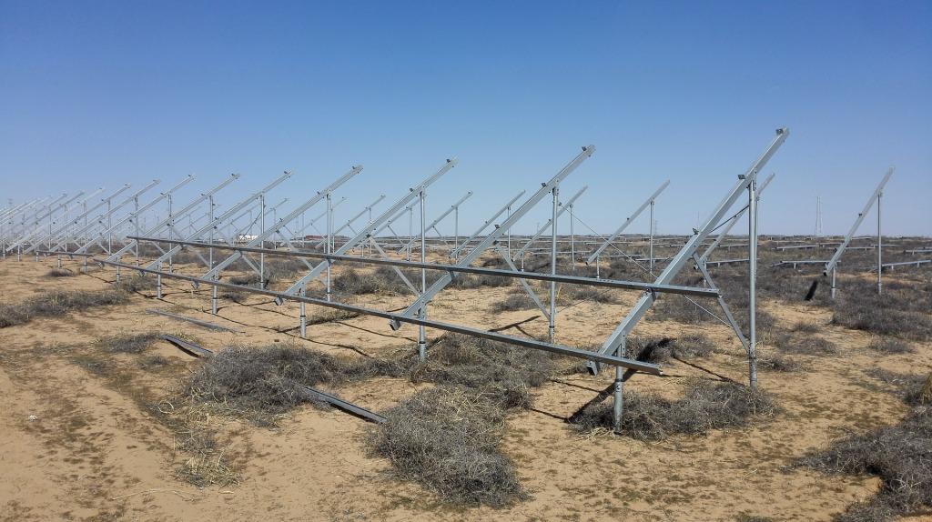 Campo de placas fotovoltaicas antes de su instalación en el desierto. Sfera Proyecto Ambiental