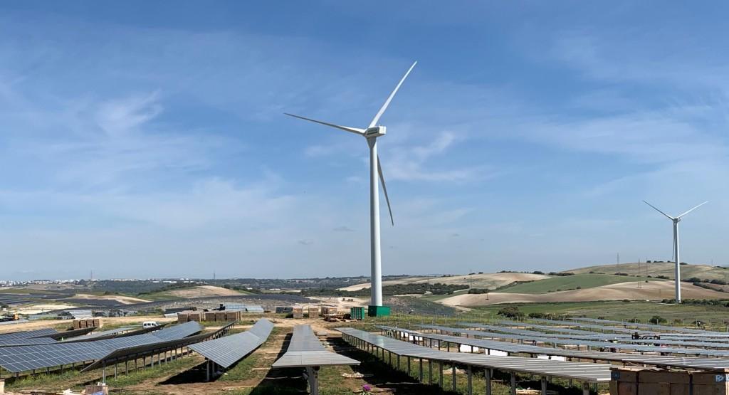 Parque solar fotovoltaico y eólico. placas solares y molinos de viento. Sfera Proyecto Ambiental