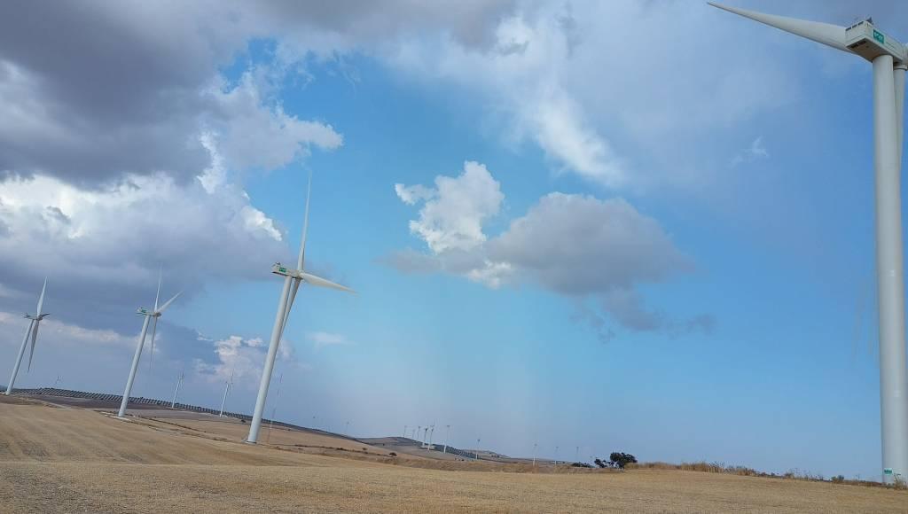 Parque eólico con varios molinos de viento un día con nubes. Vigilancia ambiental realizada por Sfera Proyecto Ambiental