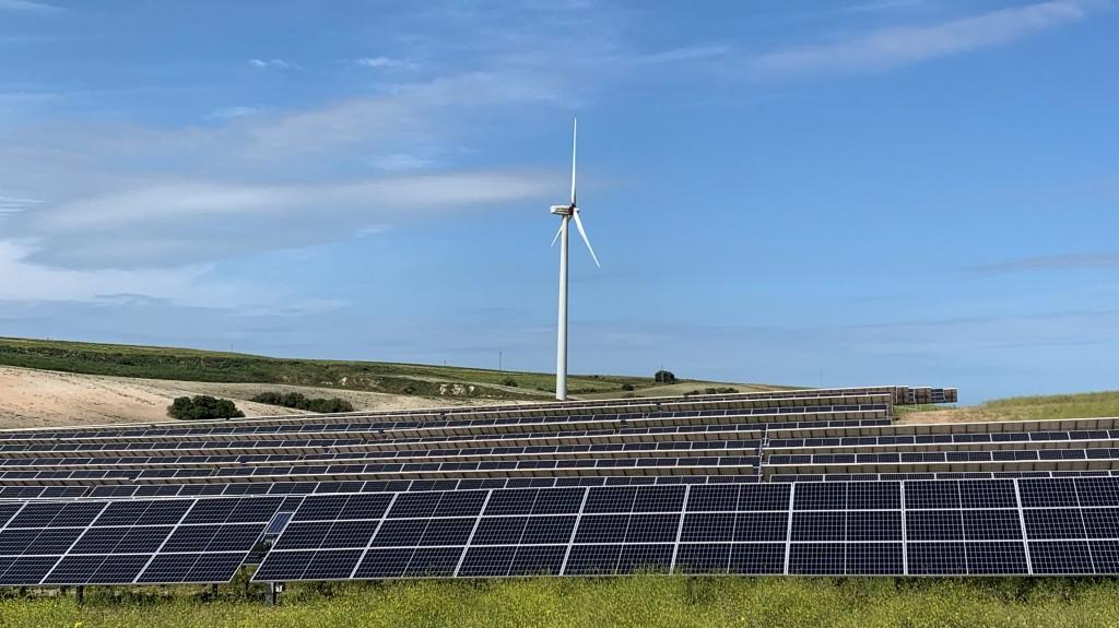 Planta solar fotovoltaica y parque eólico. Foto de Sfera Proyecto Ambiental