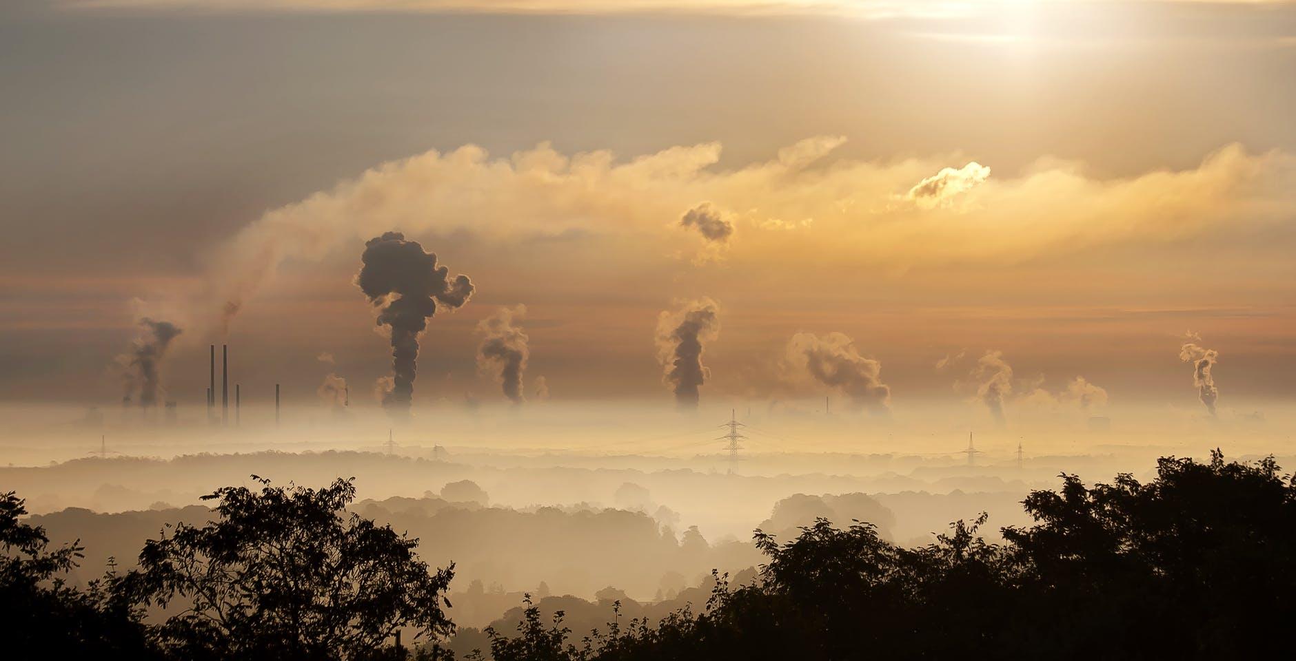 paisaje contaminado por fabricas al atardecer