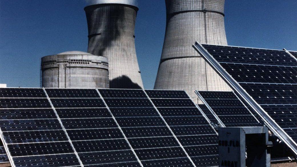 placas solares y torres de refrigeración