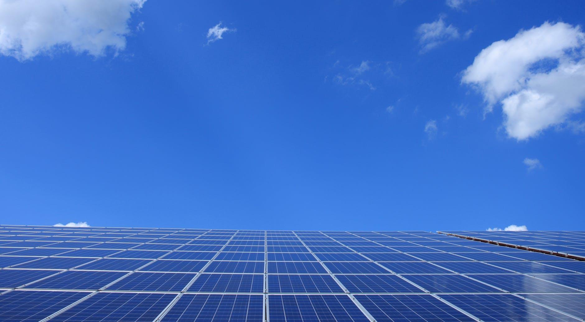 Placas solares bajo cielo azul