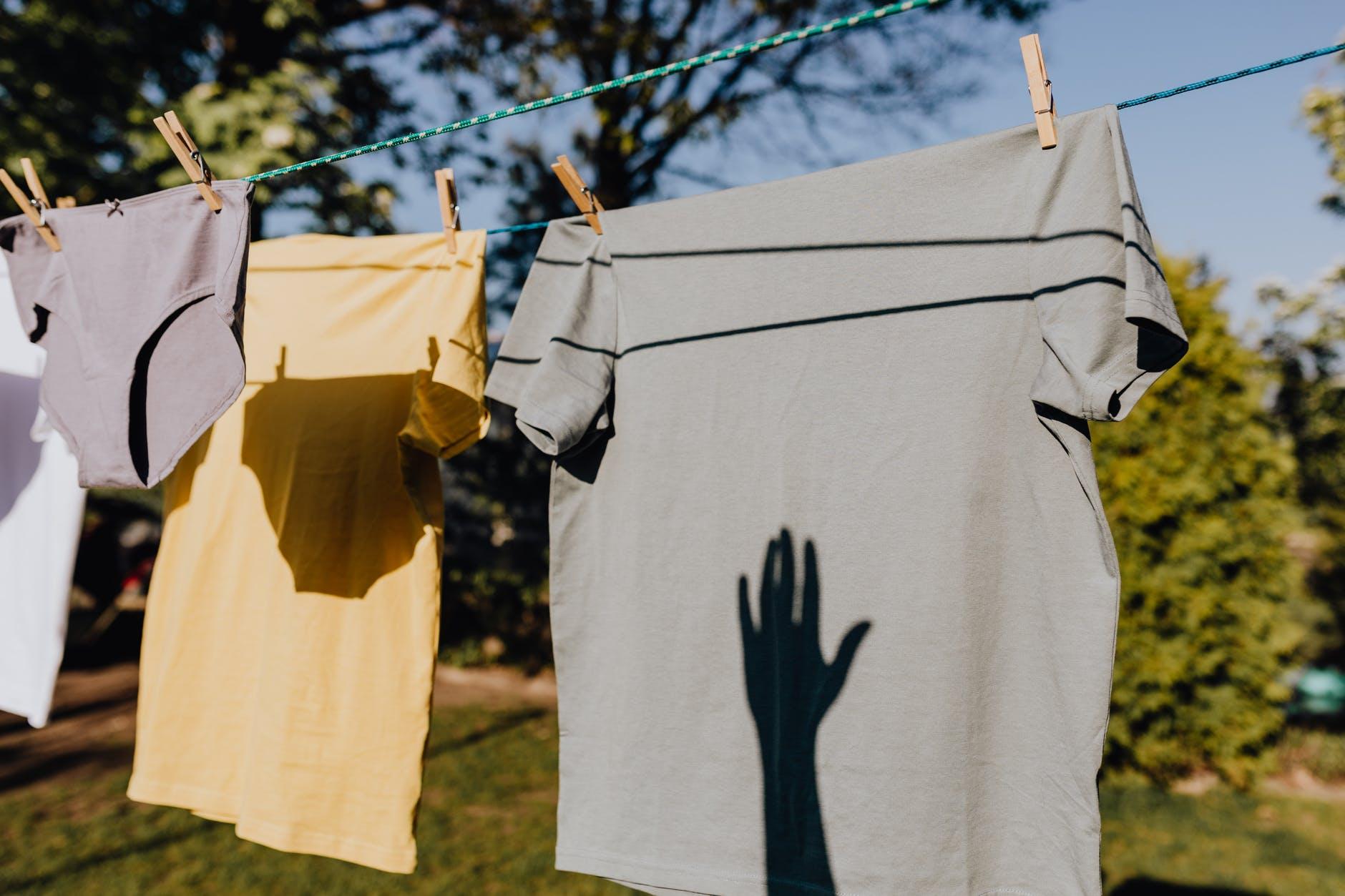 ropa tendida al sol reflejando una sombra