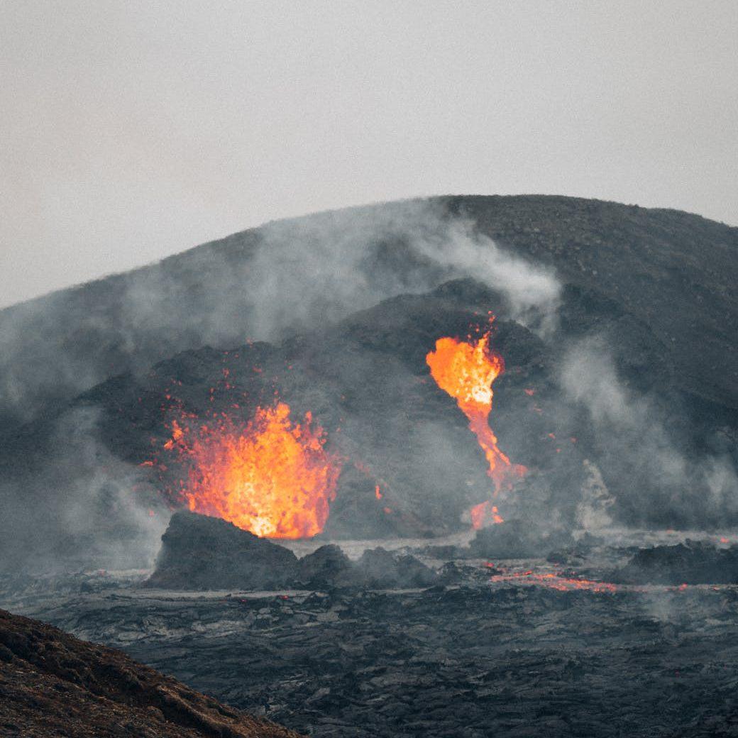 Cráter de volcán en erupción