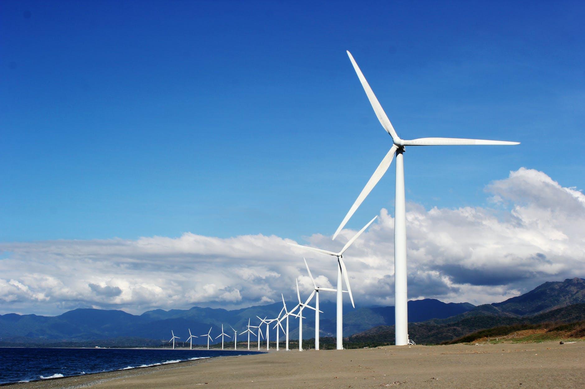 molinos de viento en fila pegados a la costa